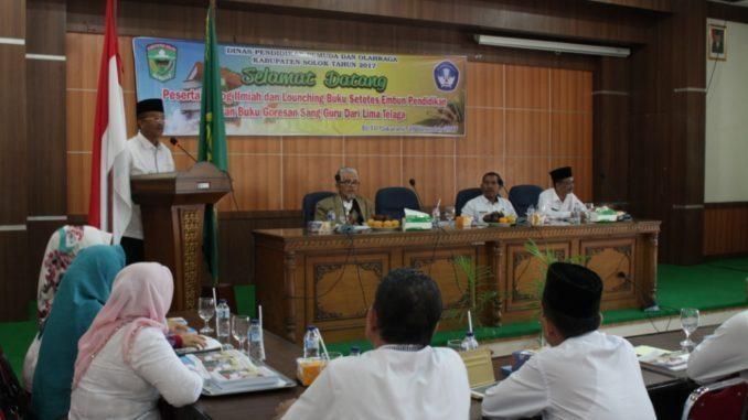 77Bupati-Gusmal-saat-memberi-sambutan-pada-launching-buku-Setetes-Embun-Pendidikan_-678x381_(1).jpg